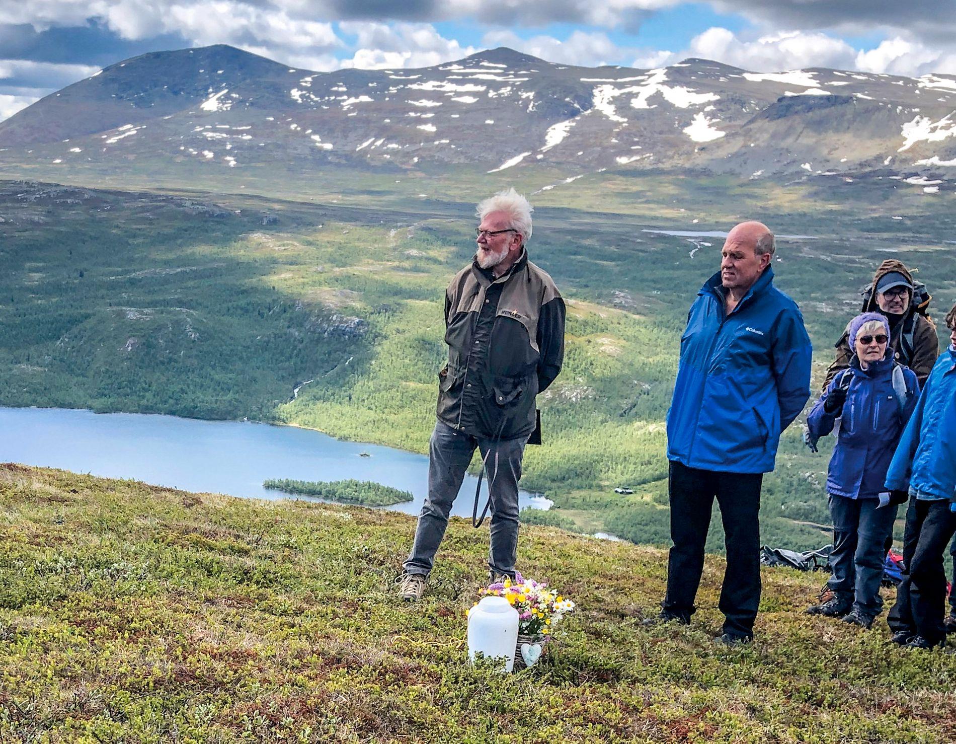 I FJELLHEIMEN: Vakre markblomster ble satt ved Margits urne. Ved siden av står Jo Clausen fra Human-Etisk Forbund og sønnen Bjørn Sandemo t.h.