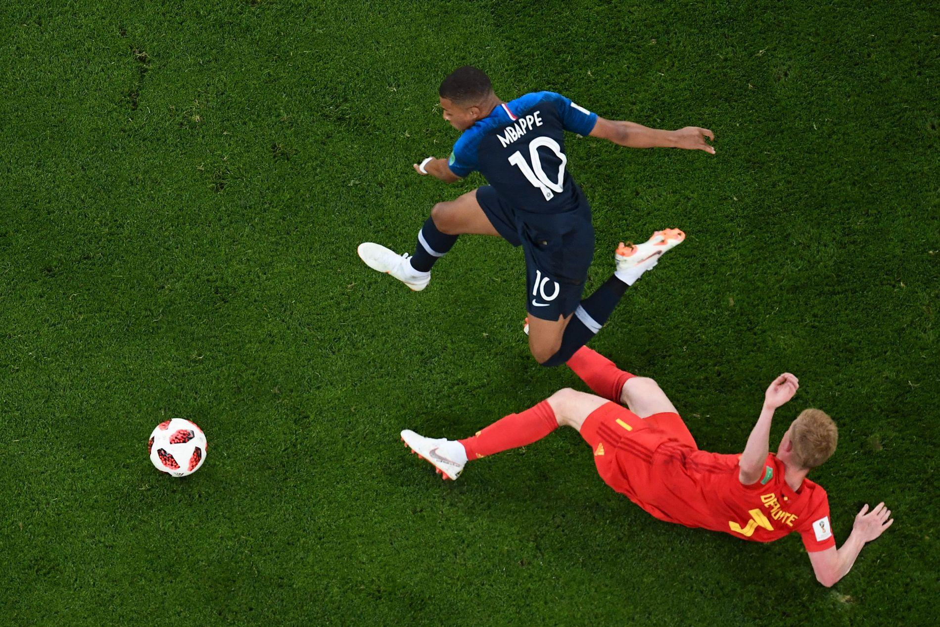 LETTE BEIN: Kylian Mbappé nærmest svever forbi Kevin De Bruyne.