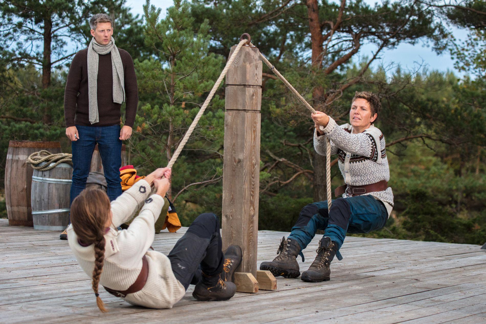 TAUTREKKING: Programleder Gaute Grøtta Grav følger nøye med på tvekampen mellom Karoline Røed og Eunike Hoksrød.