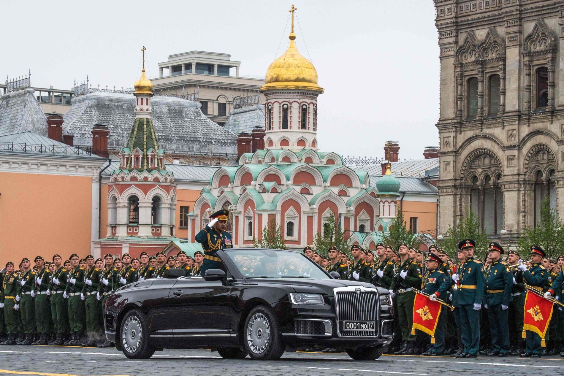 NY BIL: Den russiskproduserte limousinen Aurus ble vist fram for første gang. Her er det forsvarsminister Sergej Sjojgu som inspiserer. Vladimir Putin får en tilsvarende bil.