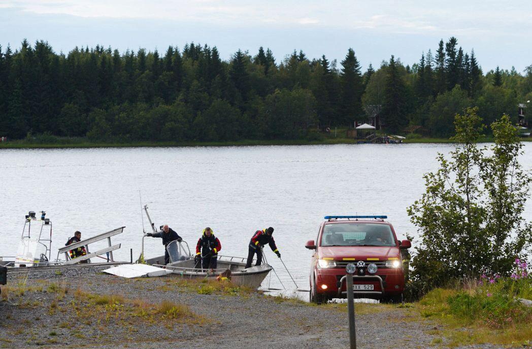 VED STEDET: Redningstjenestens dykkere kom søndag inn med en båt med vrakdeler i havnen som ligger i nærheten av ulykkesstedet.