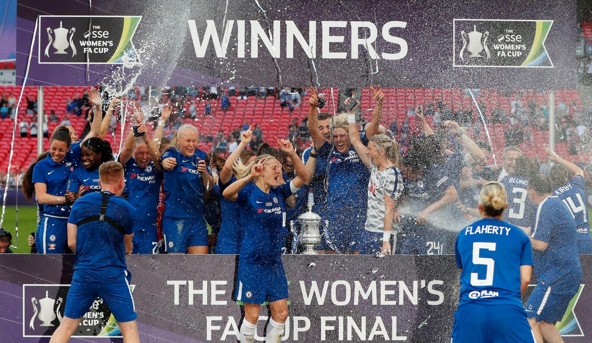 CHAMPAGNE-FEIRING:  Chelsea-spillerne kunne sprette champagnen etter triumfen på Wembley.