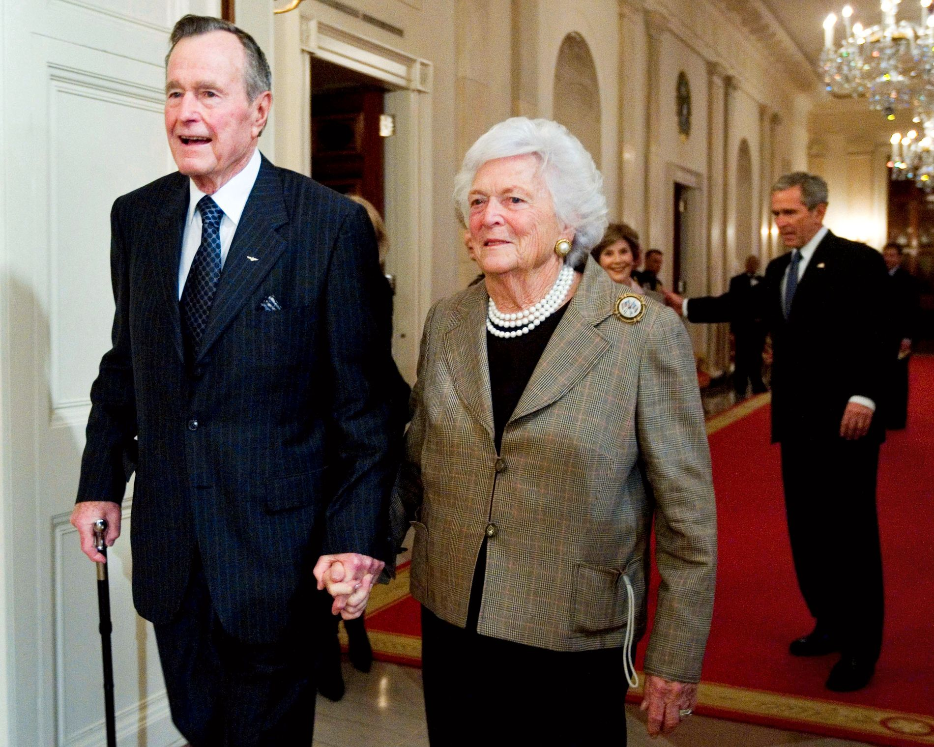 BUSH: Tidligere president i USA, George H.W. Bush døde fredag. Her sammen med sin kone Barbara som gikk bort i april.