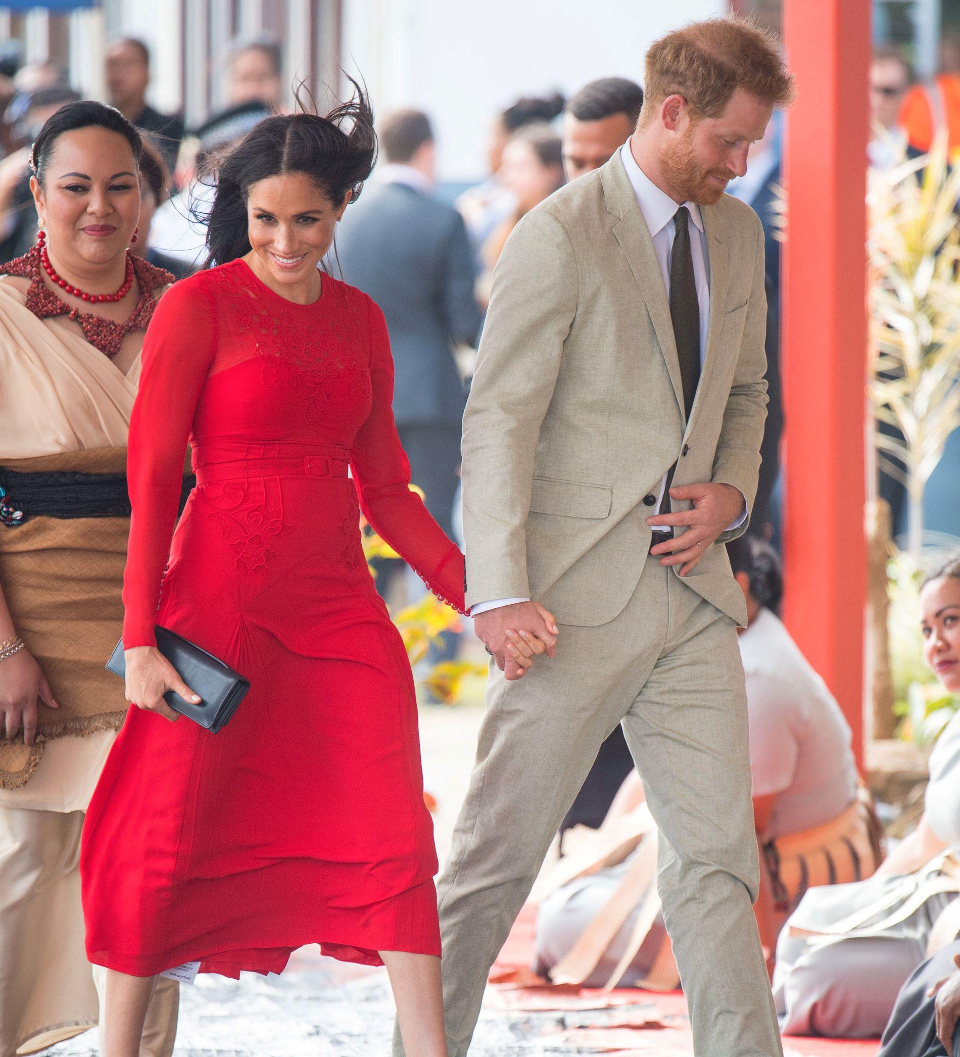 FINN ÉN FEIL: Meghan og Harry i Tonga – men stylister og stab til tross, selv hertuginnen kan gå på en liten smell. Ser du hvilken?