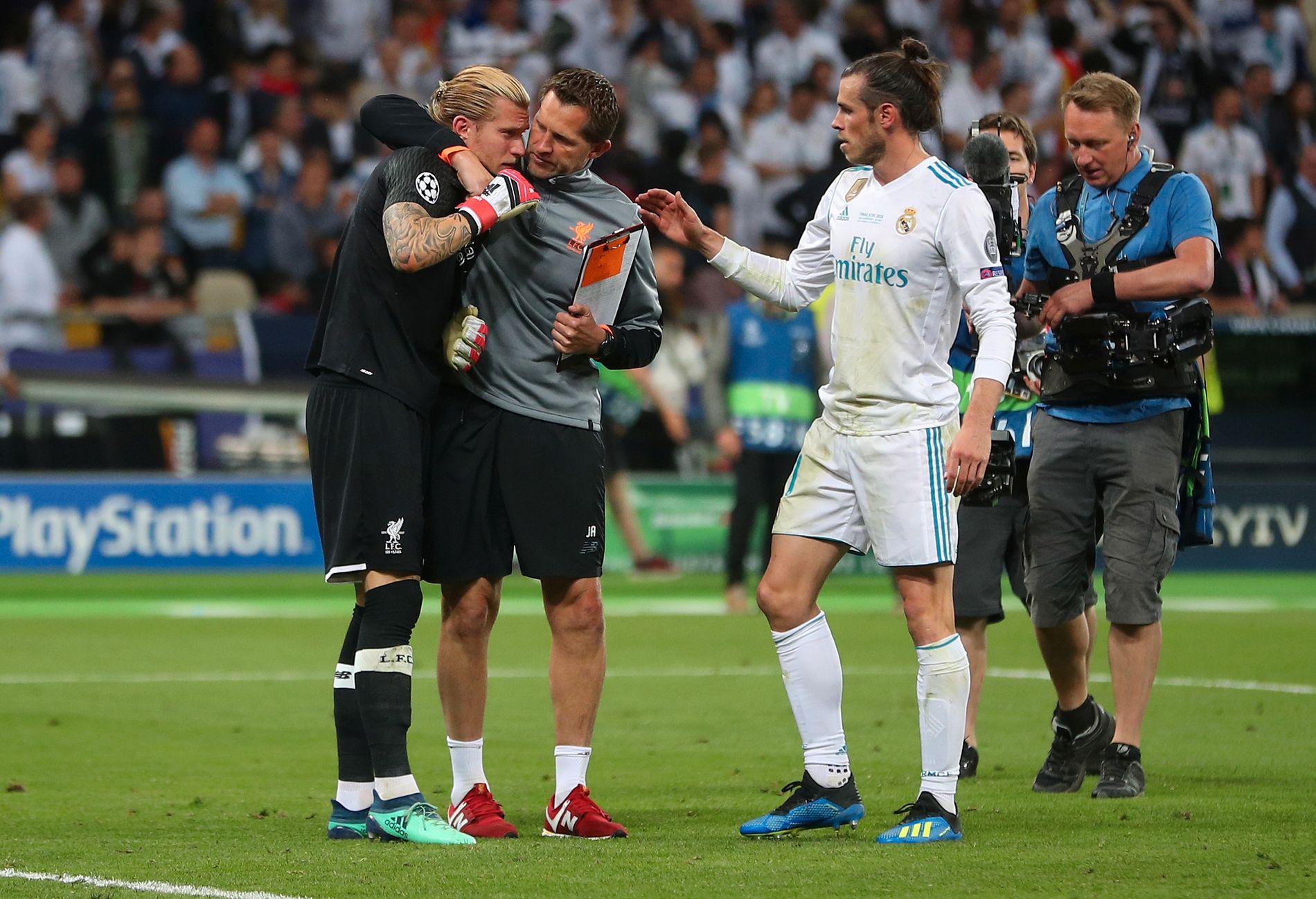 TRØSTET: Gareth Bale scoret to mål, og etterpå var han en av de første som trøstet Liverpool-keeper Loris Karius.