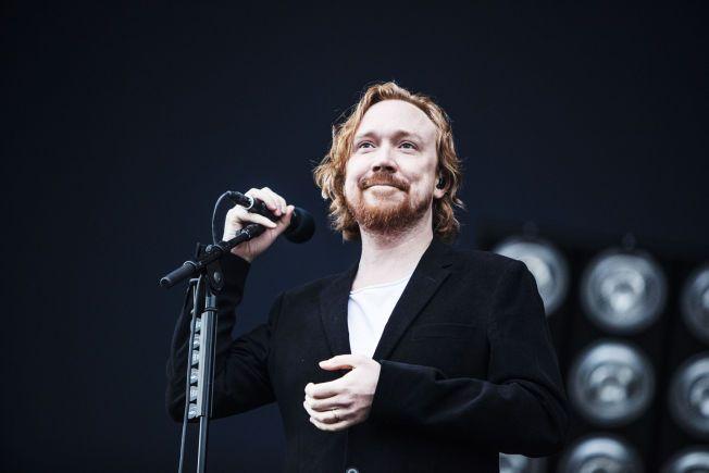 FORLOVELSESRING: Lars Winnerbäck la ikke skjul på at han var lykkelig da spilte konsert på Bråvallafestivalen fredag kveld.