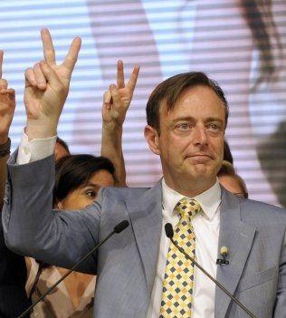 VANT: Lederen for det høyreradikale flamske separatistpartiet N-VA, Bart De Wever, jubler for det gode resultatet ved valget i Belgia. Foto: Laurent Dubrule / Reuters / NTB scanpix