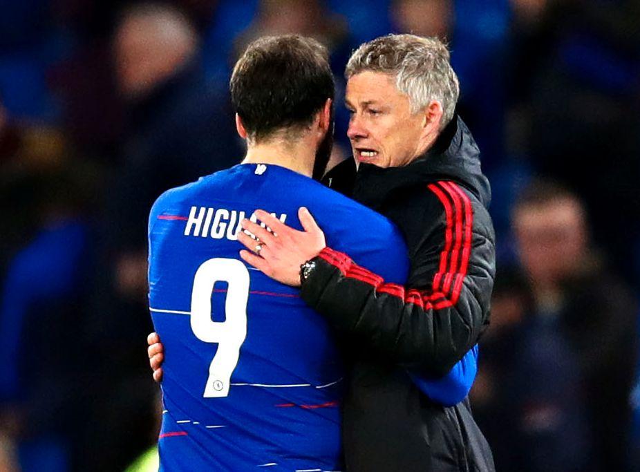 SPISSTRØST: Ole Gunnar Solskjær ga Gonzalo Higuaín en lang klem etter kampen.