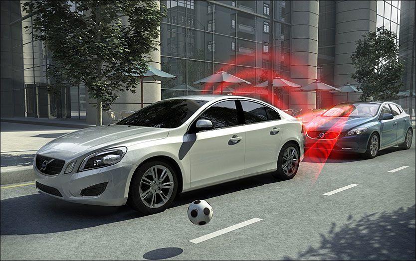 3790fe69 GRIPER INN: Autobremssystemer er en kollisjonshindrende og standardisert  teknologi for tryggere kjøring i bytrafikken. I hastigheter opp til 50 km/t  kan den ...