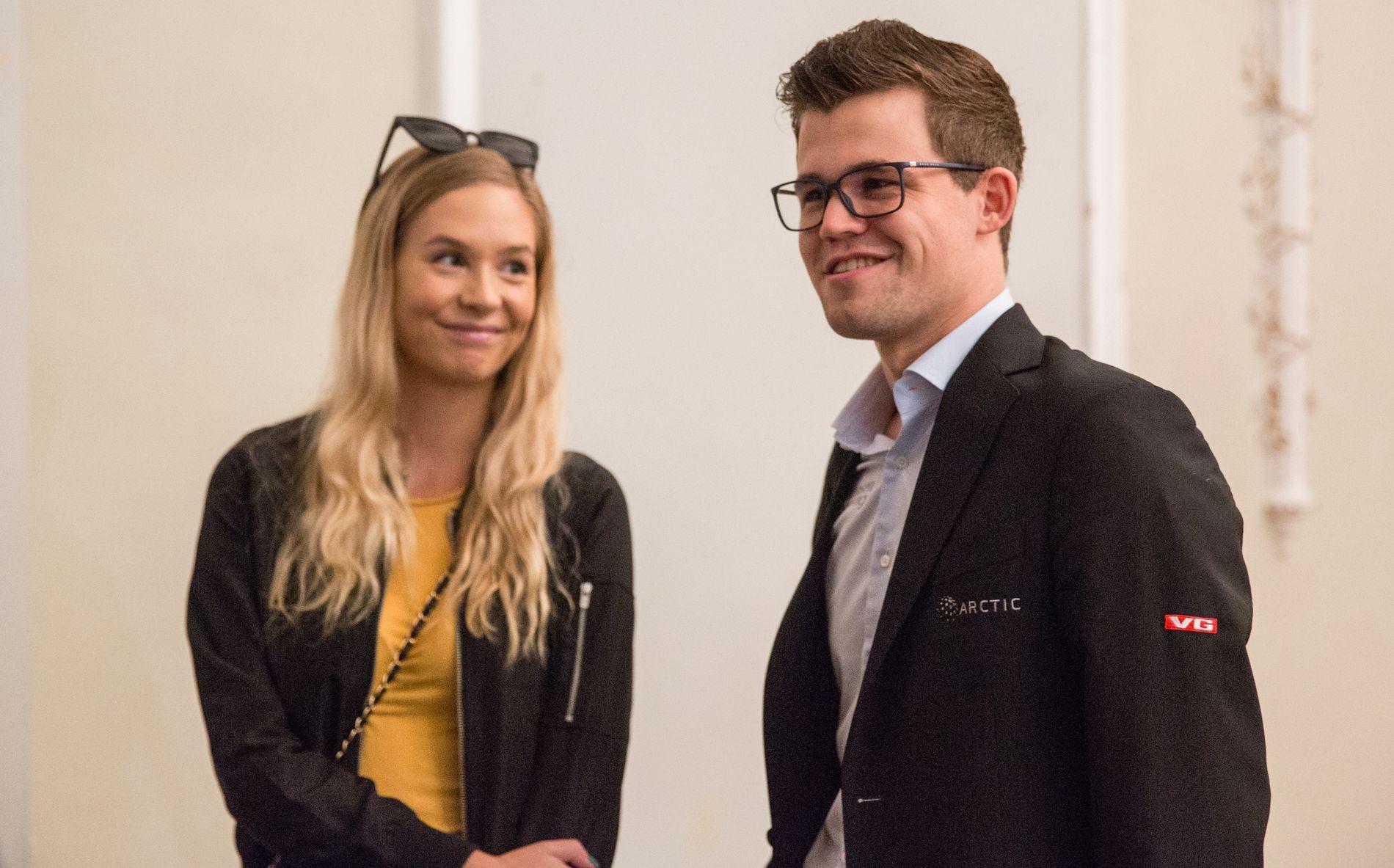 PAR-I-HJERTER: Magnus Carlsen kom sammen med kjæresten Synne Christin Larsen til fredagens parti på Isle of Man.