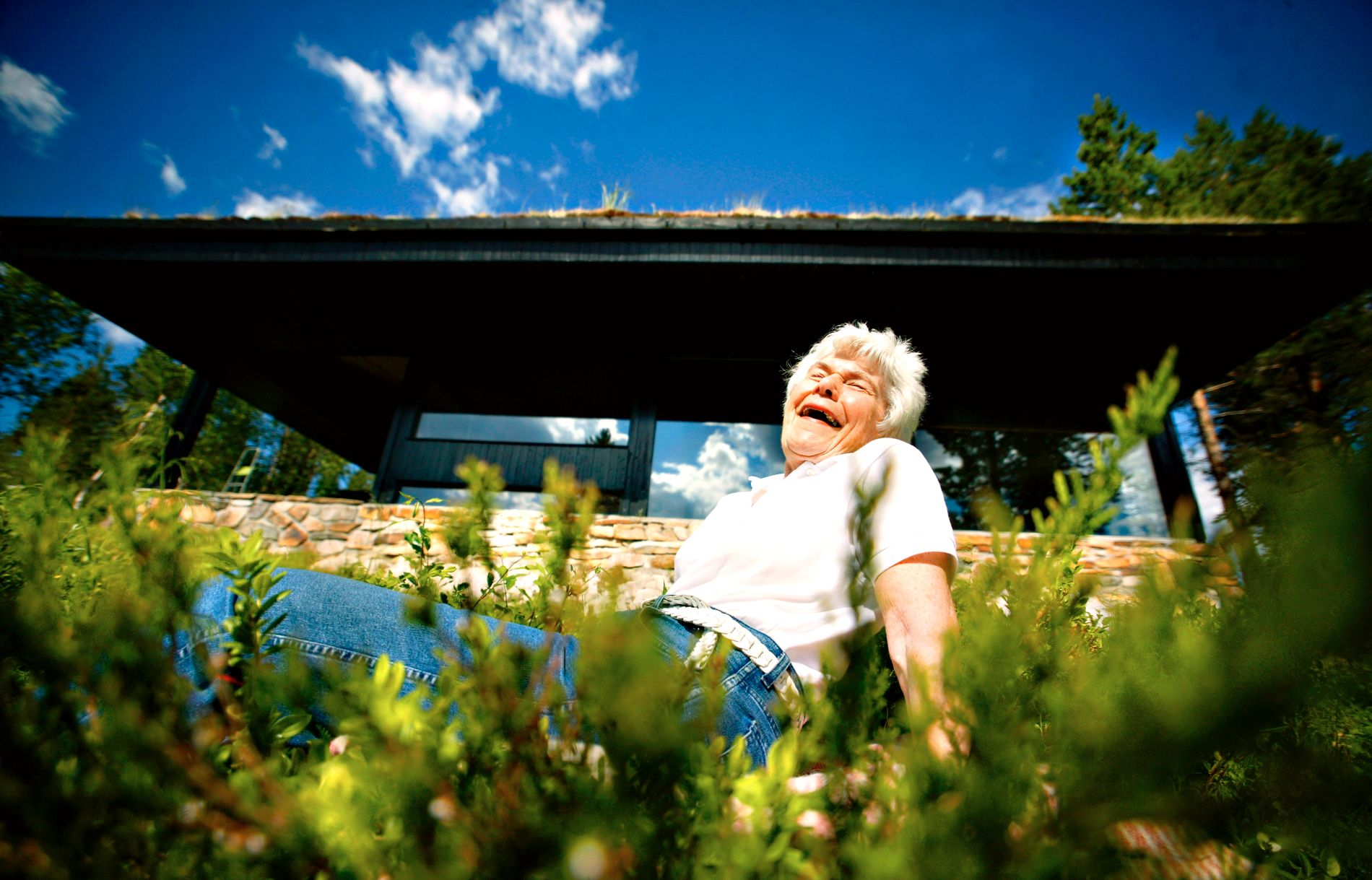 2005: Ingrid Espelid Hovig på sin prisbelønte hytte, tegnet av hennes mann Jan Inge Hovig, som ble nominert til århundrets byggverk i Norge.