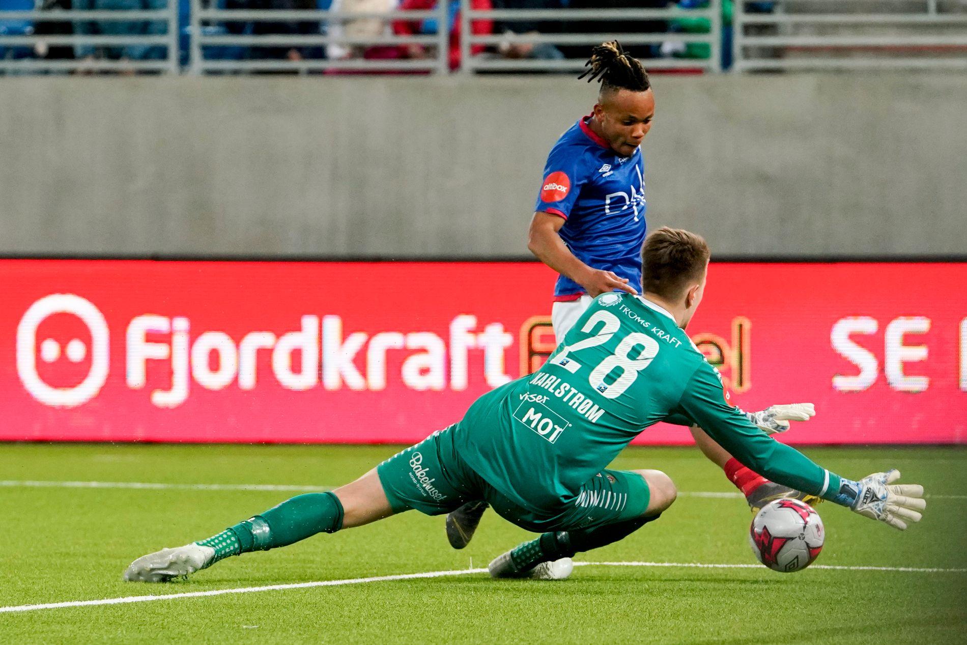 LEKKERT: Chidera Ejuke med en lekker sak før han finter ut Tromsø-keeper Jacob Karlstrøm, og setter inn 3–0.