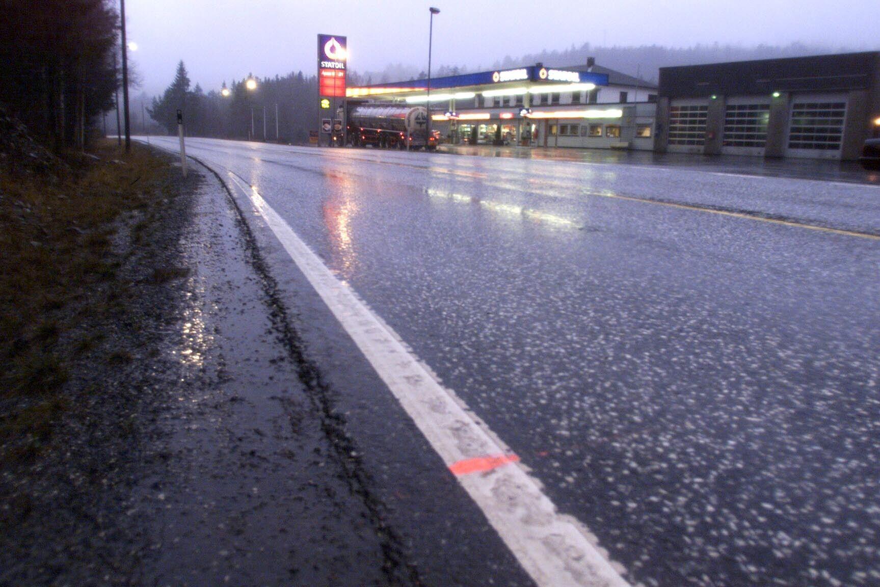 GLATT: Politiet advarer om svært glatte veier flere steder på Østlandet lørdag kveld.