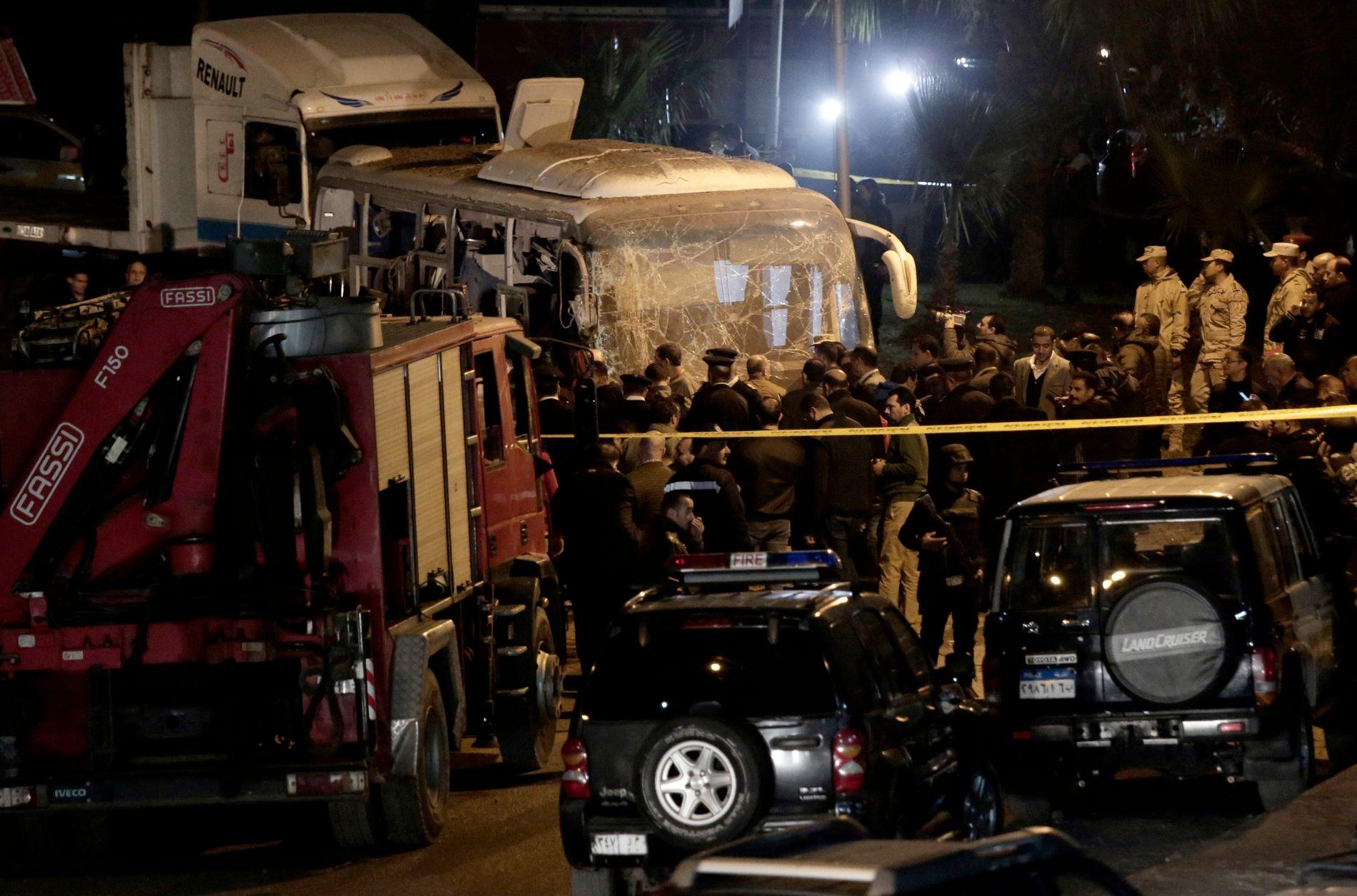 Egyptiske sikkerhetsstyrker ved turistbussen som ble rammet av en veibombe nær Giza-pyramidene sør for Kairo fredag kveld.