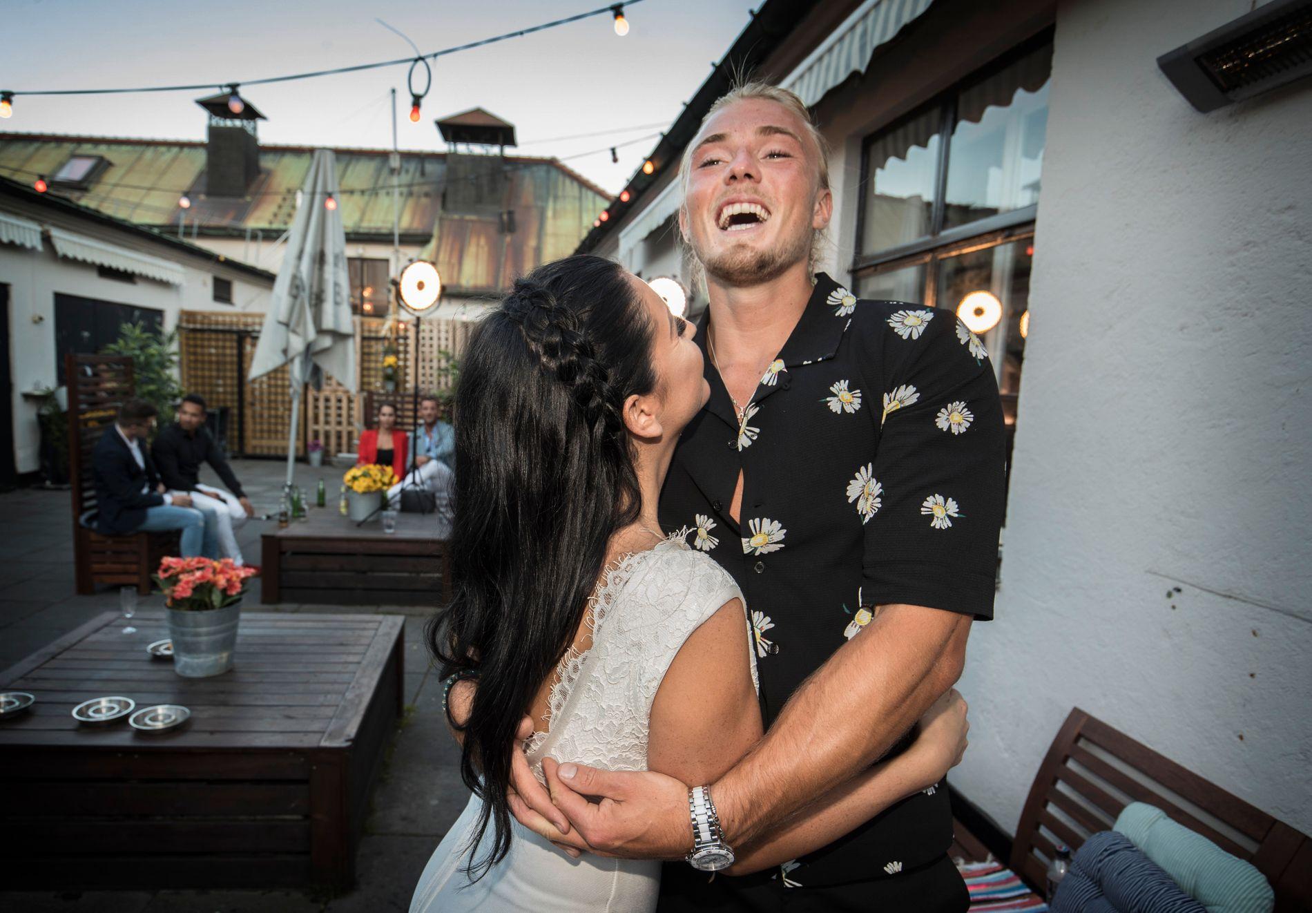 GOD TONE: Vinnerne av «Paradise Hotel» 2018, Julie Grindbakken og Leo Faa, på finalefest. Det var imidlertid Faa som tok med seg pengesummen.
