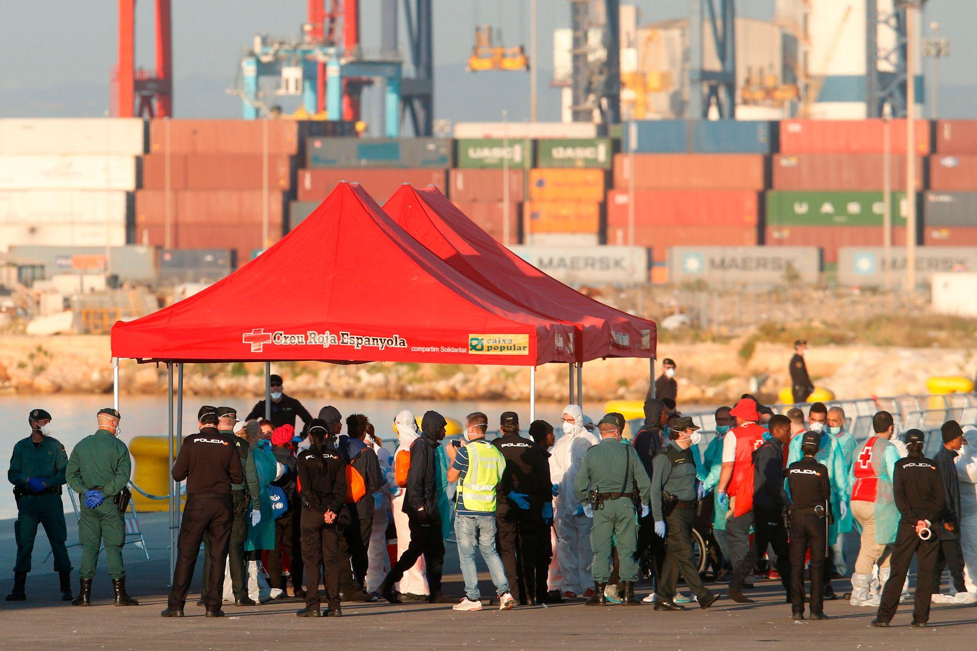 PÅ LAND: Migrantene blir tatt imot av over 2.000 personer, inkludert 1.000 frivillige fra Røde Kors og 470 oversettere.