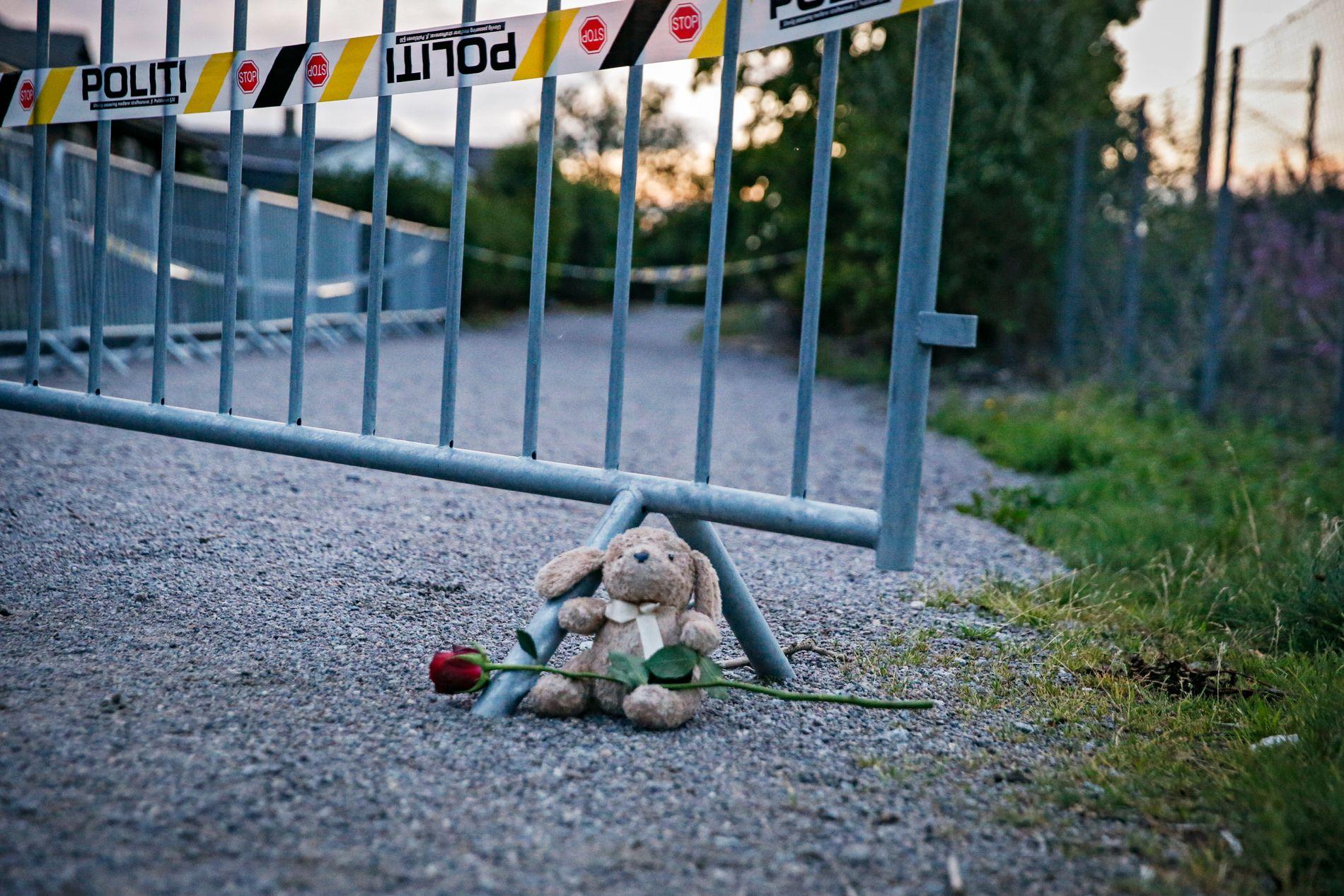 FUNNSTEDET: Det ble satt opp sperringer ved funnstedet. En blomst og en bamse var lagt ved siden av for å minnes 13-åringen. Tirsdag ettermiddag ble sperringene åpnet.