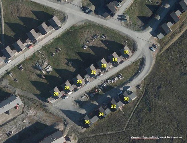 FØR: Slik sto husene før skredet.
