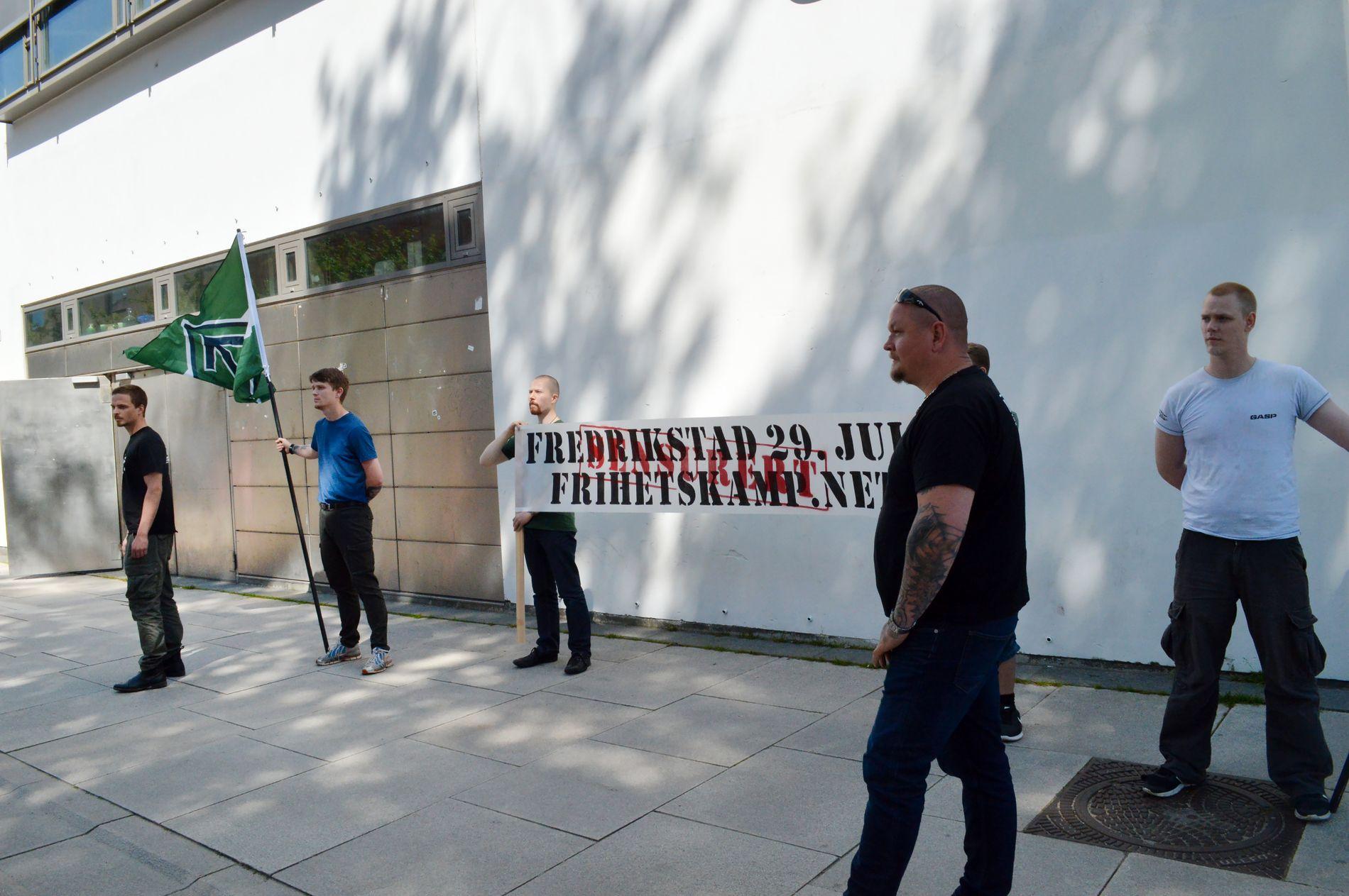 FÅR DEMONSTRERE: Bildet er fra Den nordiske motstandsbevegelsens demonstrasjon i Fredrikstad lørdag 17.06.2017. Demonstrantene hadde skrevet sensurert over en plakat om demonstrasjonen de ikke fikk tillatelse til å holde i Fredrikstad.