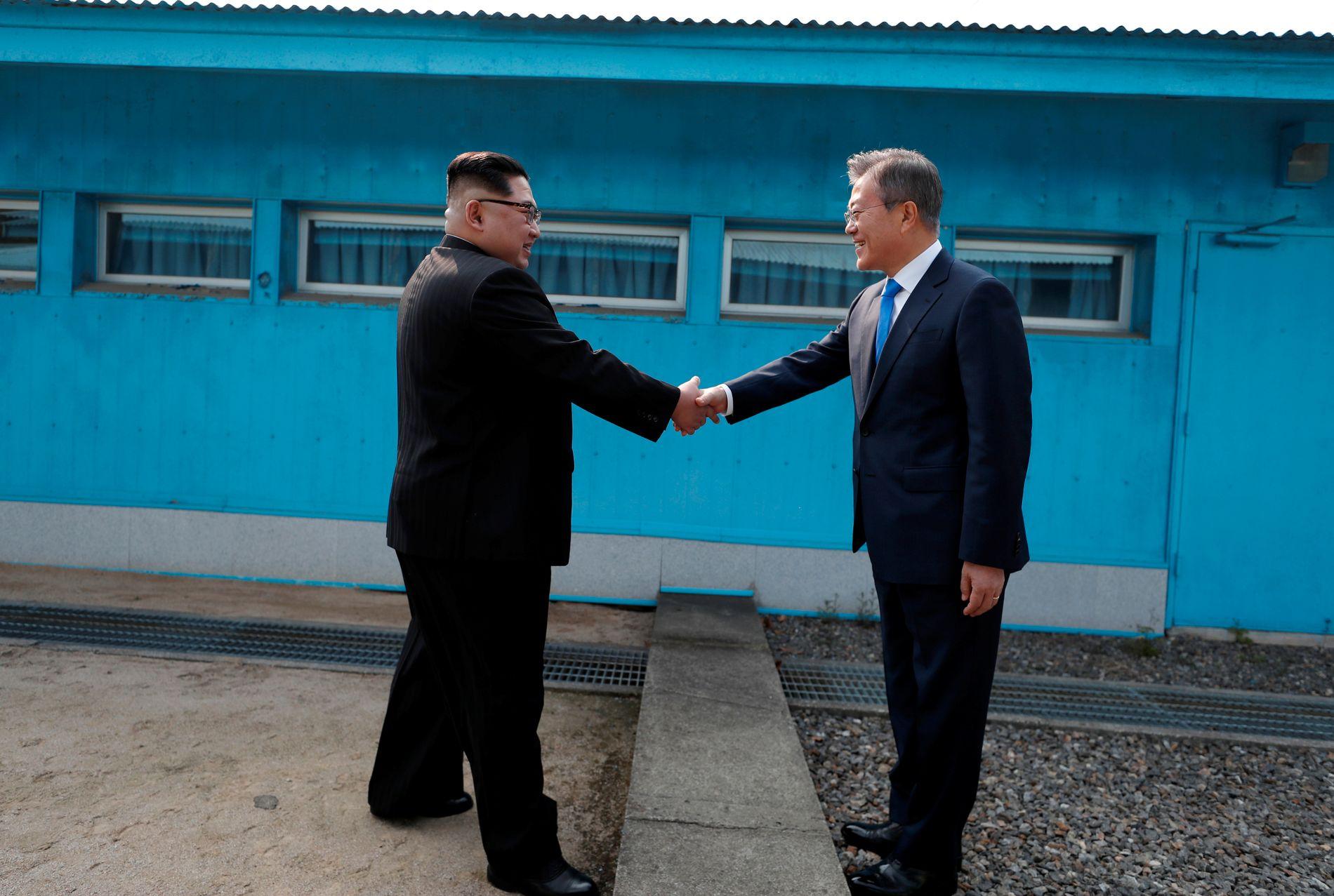 HISTORISK: Kim Jong-un, til venstre, håndhilser på president Moon Jae-in i grenselandsbyen Panmunjom.