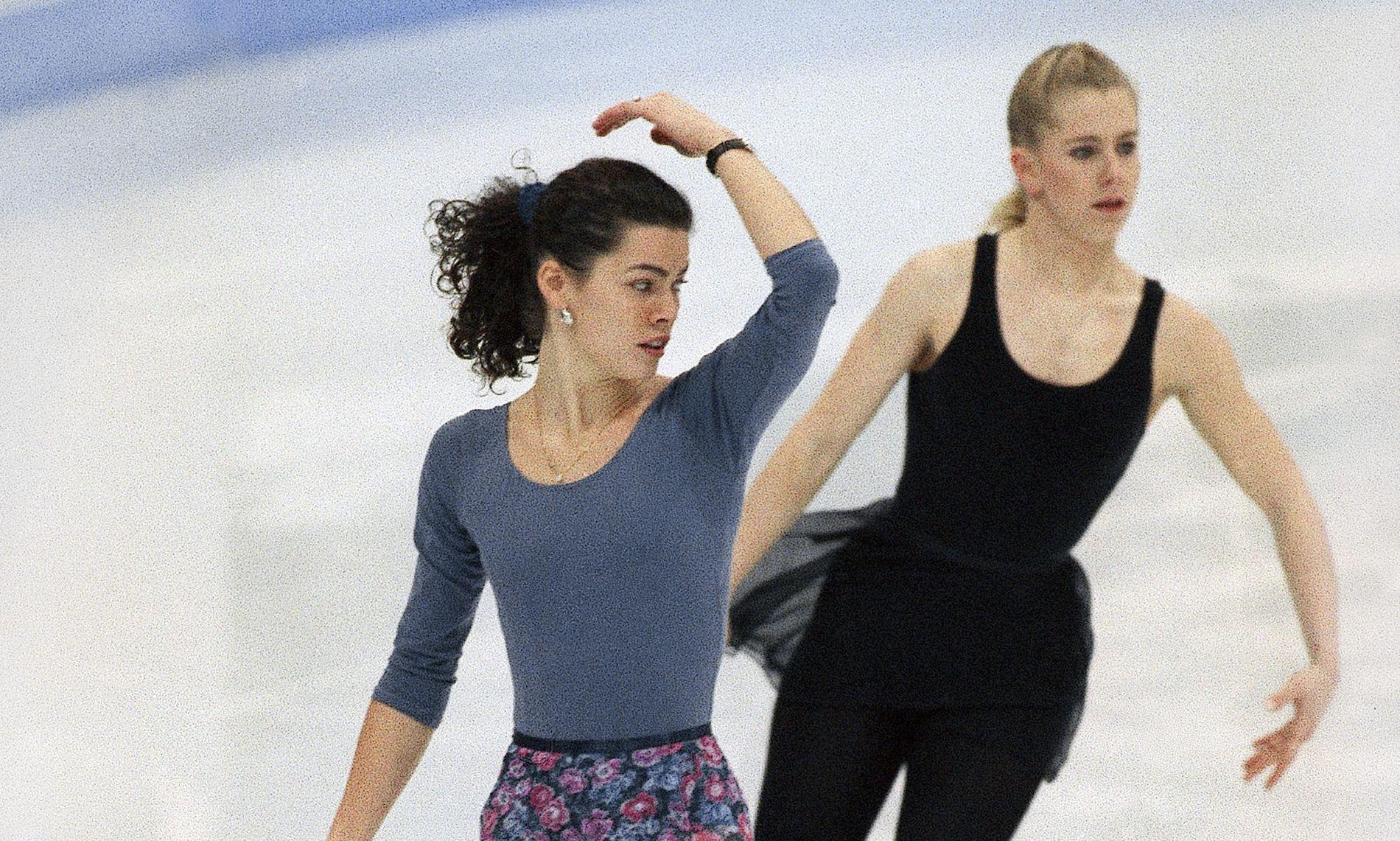 ISKALDT: Nancy Kerrigan (t.v.) og Tonya Harding vekslet ikke et ord på Hamar under OL i 1994. Her trener de i Storhamarhallen.