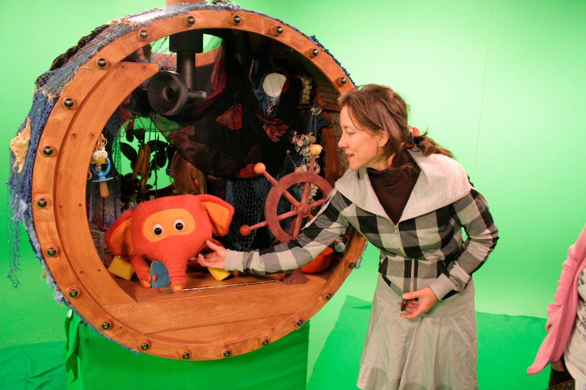 FERDIG DUKKE: Tiina Suhonen sammen med Fantorangen slik han endte opp som dukke.