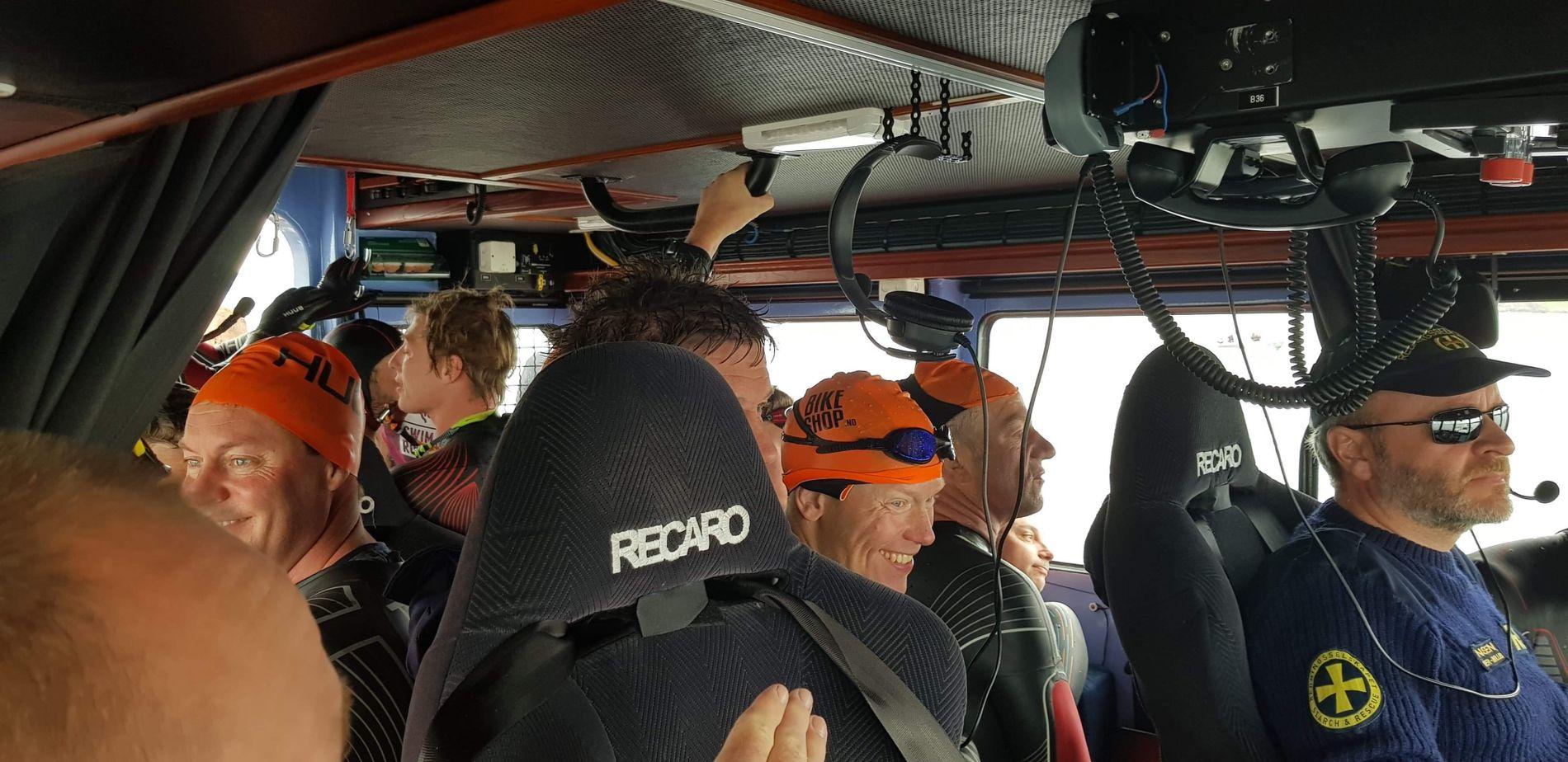 TETTPAKKET: Til slutt hadde RS Elias plukket med seg 53 svømmere. Langt over grensen for hvor mange som er tillatt på 12 personer.