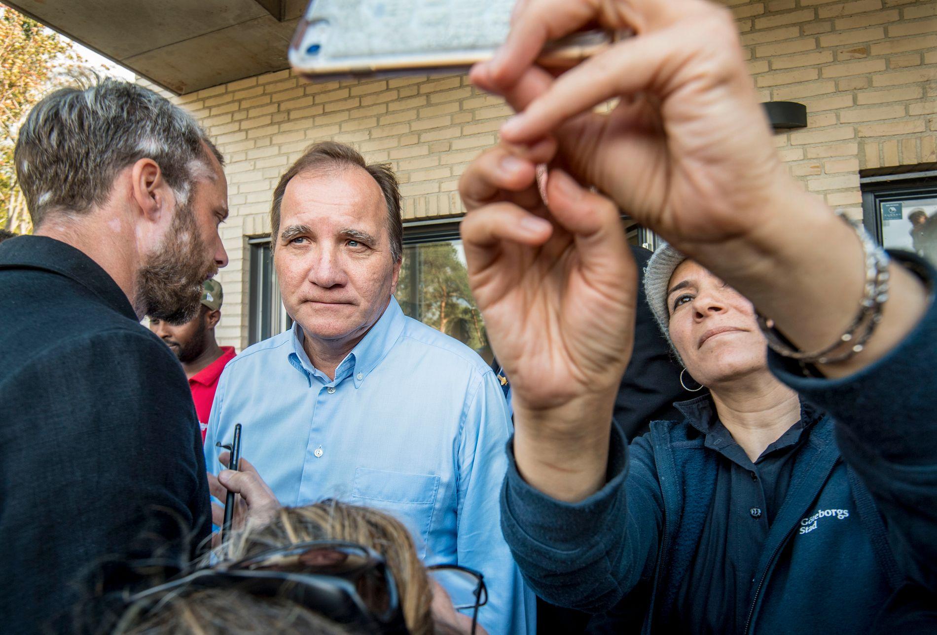 FALLER VIDERE: Stefan Löfvens Socialdemokraterna fortsetter å falle i oppslutning, Her driver han valgkamp i Göteborg tidligere i august.