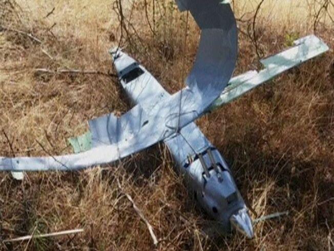 RELATIVT LITEN: Et stillbilde fra en video viser en nedskutt drone i landsbyen Deliosman i Tyrkia fredag. Tyrkiske krigsfly skjøt ned den uidentifiserte dronen i tyrkisk luftrom nær grensen til Syria fredag.