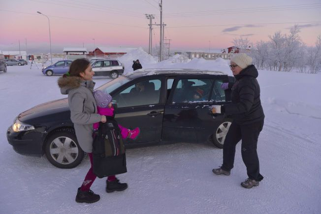 IMPULS: Her hjelper Merete Nordhus (t..h.) en mor og datter inn i bilen sin.