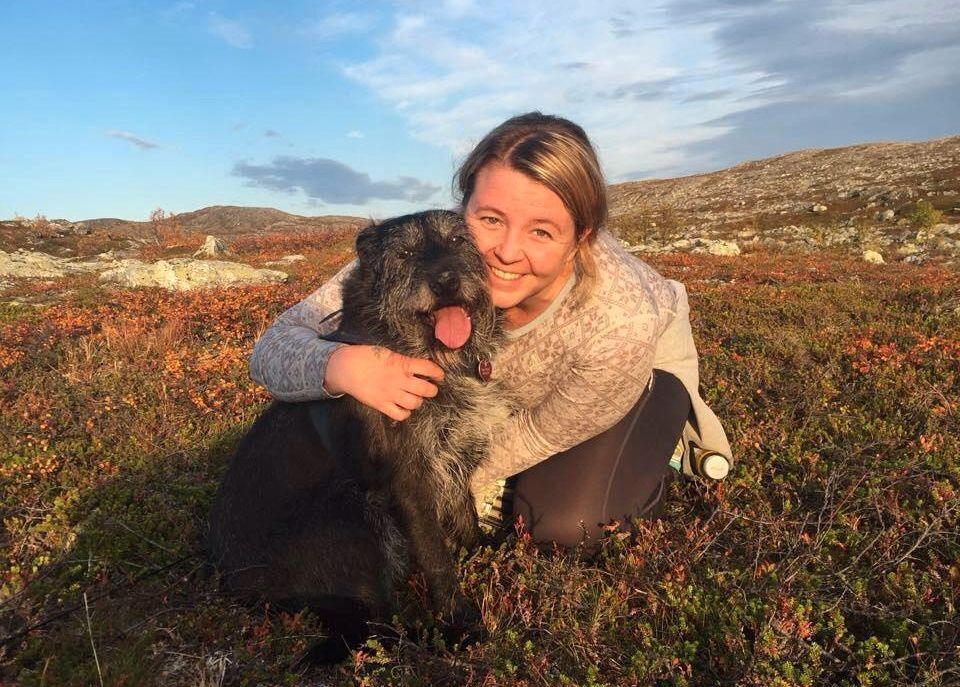 DREPT: Linn Olsen Uteng ble bare 32 år gammel.Her er hun på tur med hunden sin.