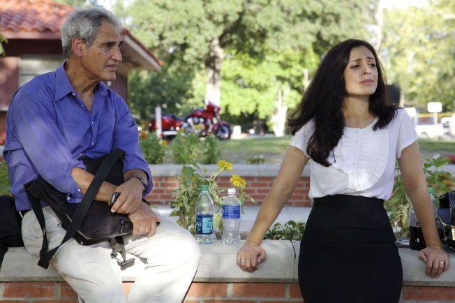 TAKKET HAD-JA: På en av reisene dro Hadia Tajik til USA, hvor hun møtte dødsstraff-forkjemperen Robert Blecker. Her står de to sammen utenfor rettslokalet hvor en mann, som Tajik intervjuer i programmet, skal henrettes for drap.
