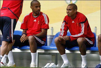 JAKTER MÅL: Thierry Henry (til venstre) og David Trezeguet blir heller ikke i dag å finne sammen på topp for Frankrike. Foto: EPA