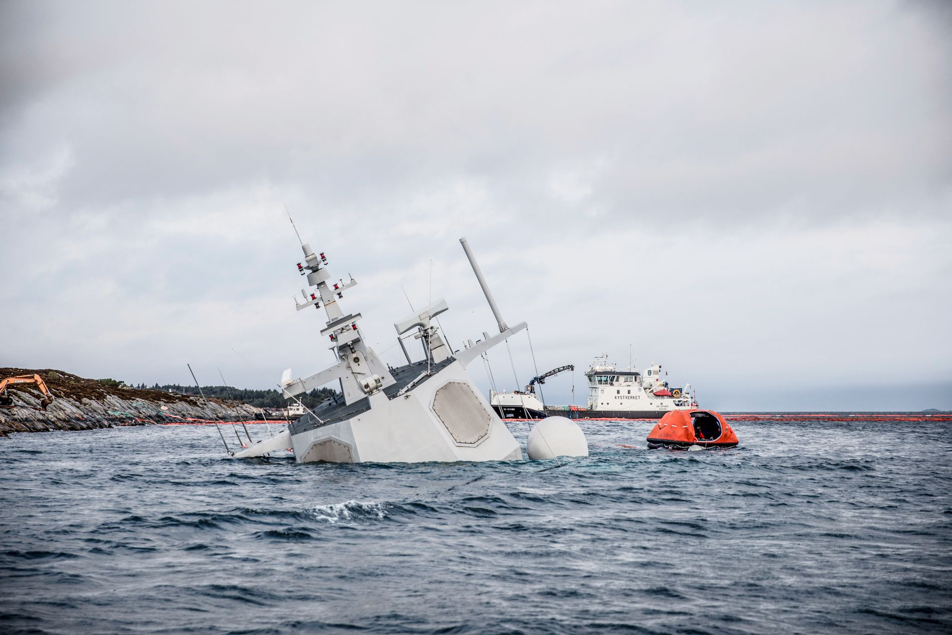 NY FASE: KNM «Helge Ingstad» skal nå heves fra Hjeltefjorden.