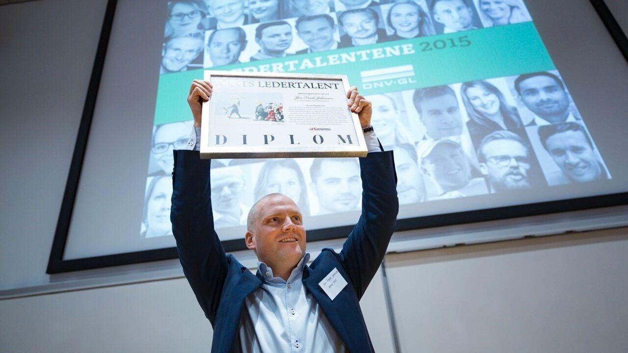 PREMIEUTDELING: Hvert år avsluttes Ledertalentene med et stort finalearrangement, hvor vinnerne kåres og premieres. Her fra da rema 100s Jan Frode Johansen vant hovedkåringen i 2015. I år er utdelingsarrangementet hos DNV-GL på Høvik den 6. desember.