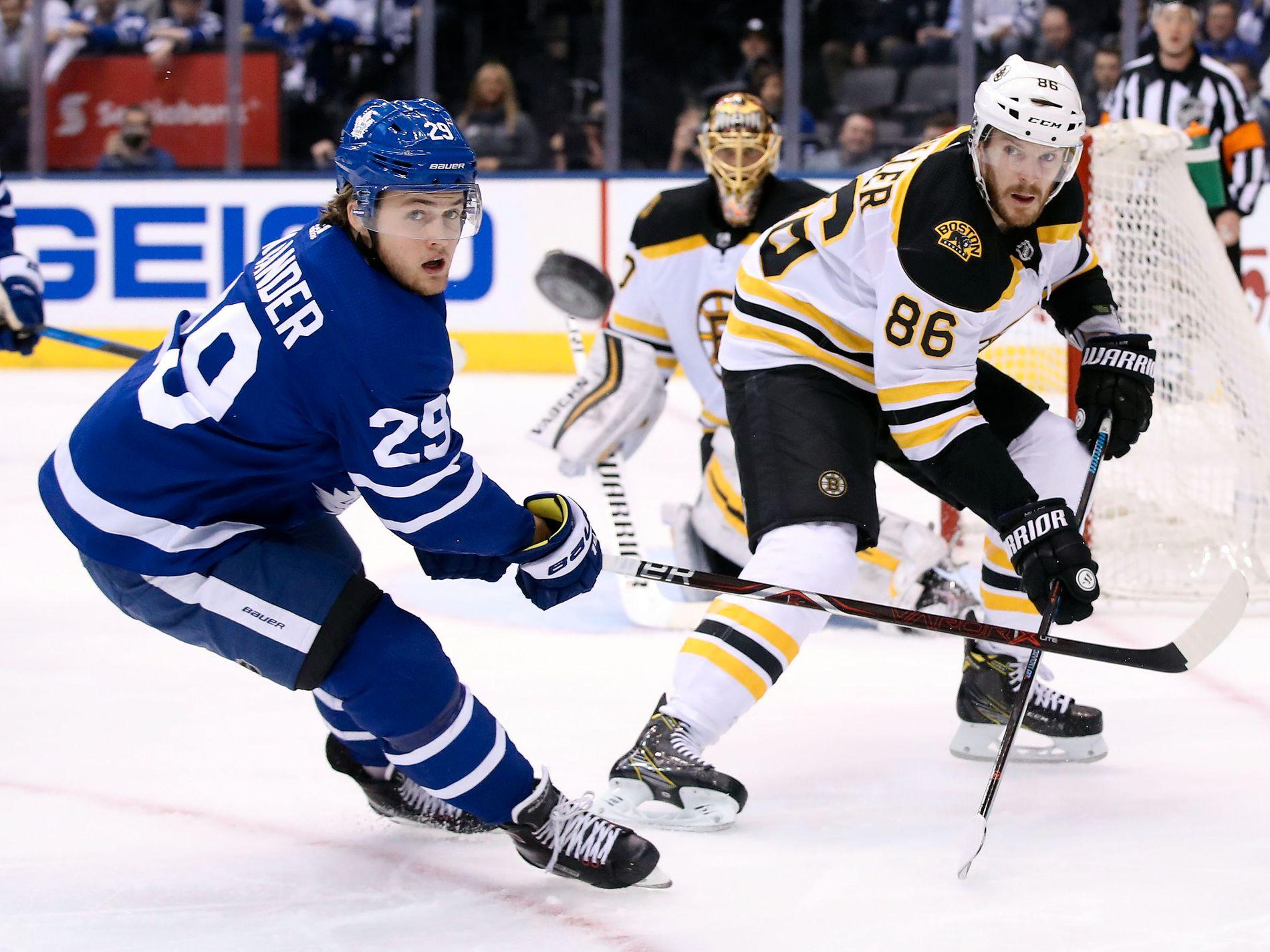 SVENSK STJERNE: William Nylander (t.v.) i kamp med Boston Bruins-backen Kevan Miller i sluttspillet i april. Nå er han uten kontrakt med Toronto Maple Leafs.