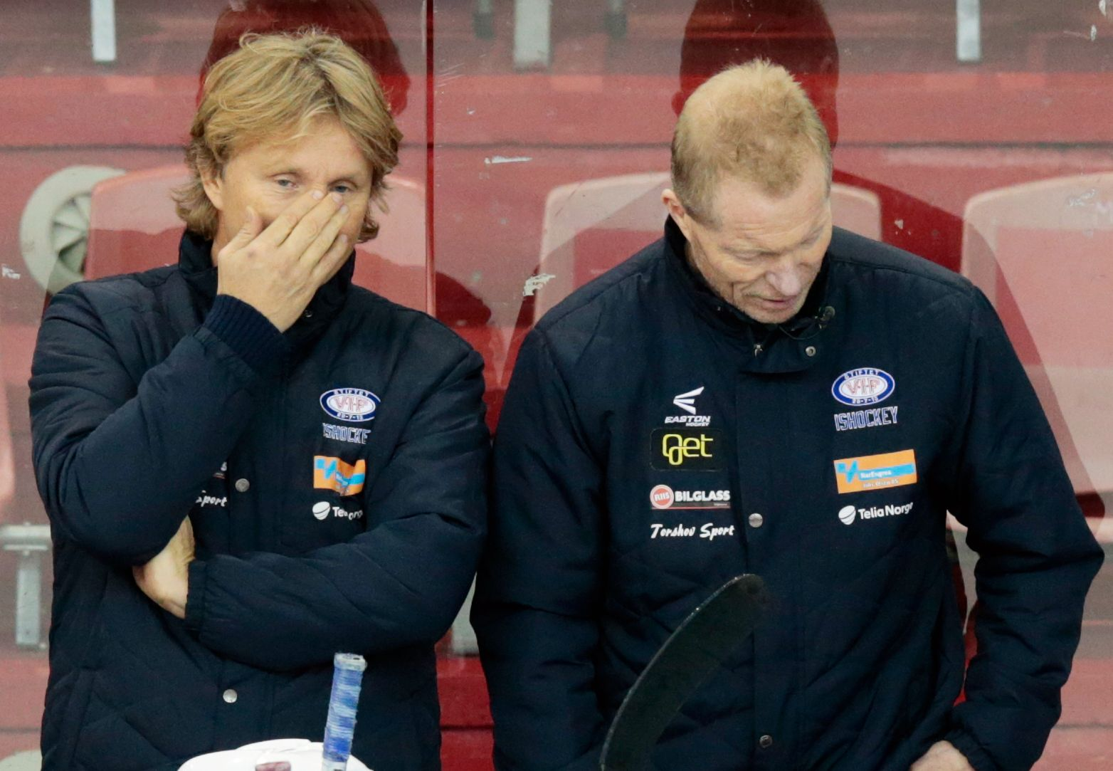 FLYTTESJAU PÅ GANG: Trenerne Espen Knutsen og Roy Johansen i Vålerengas spillerboks, der de skal stå tre kamper til før flyttingen til Manglerudhallen.