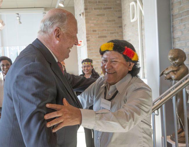 GJENNSYN: Kong Harald hilser på yanomami-indianernes leder Daví Kopenawa under torsdagens konferanse i Bjørvika arrangert av Regnskogfondet. De to møttes under kongens besøk til Amazonas i 2013.