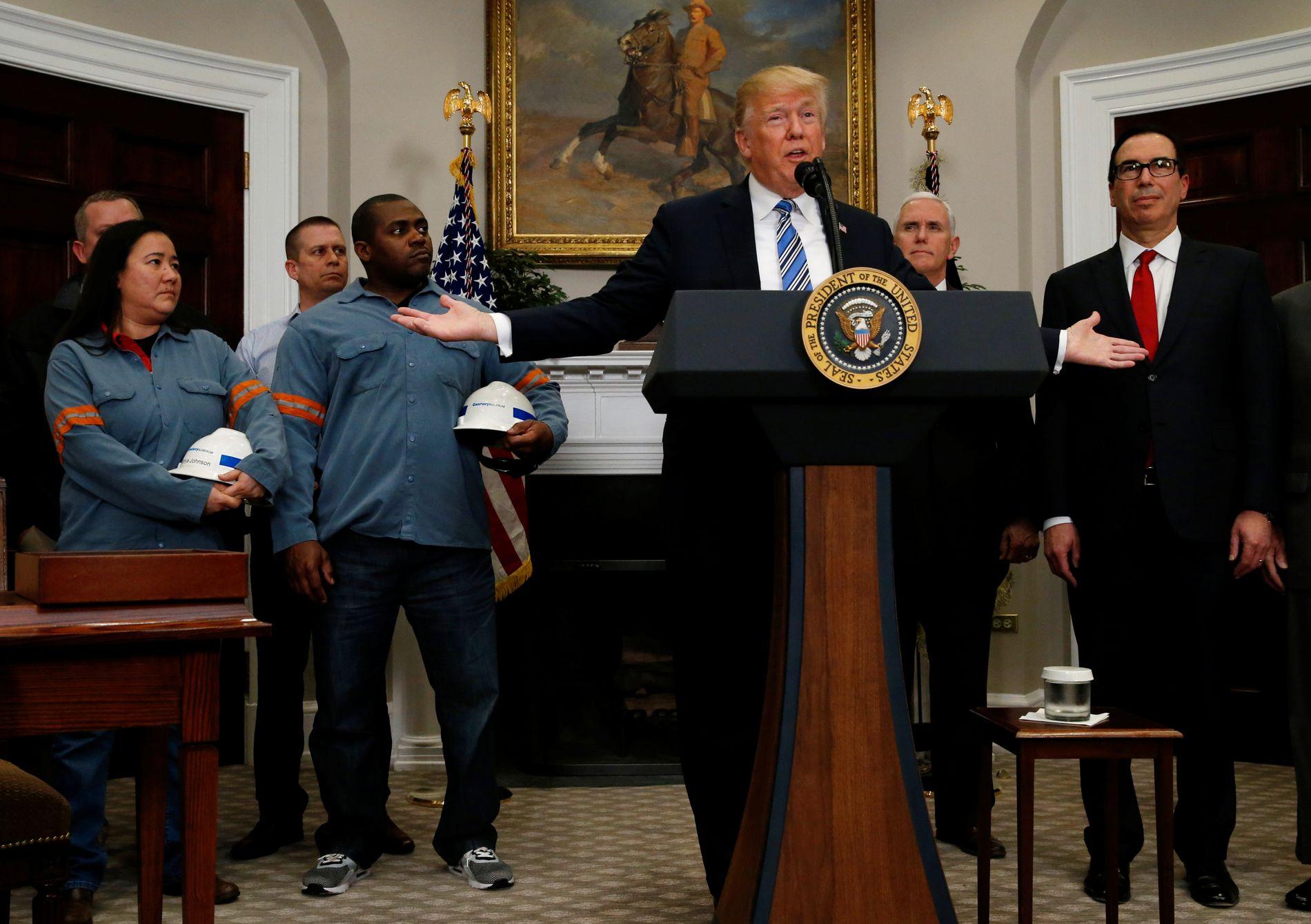 SIGNERTE ORDRE: Trump omgitt av stålarbeidere da han signerte det kontroversielle forslaget om toll på stål og aluminium.