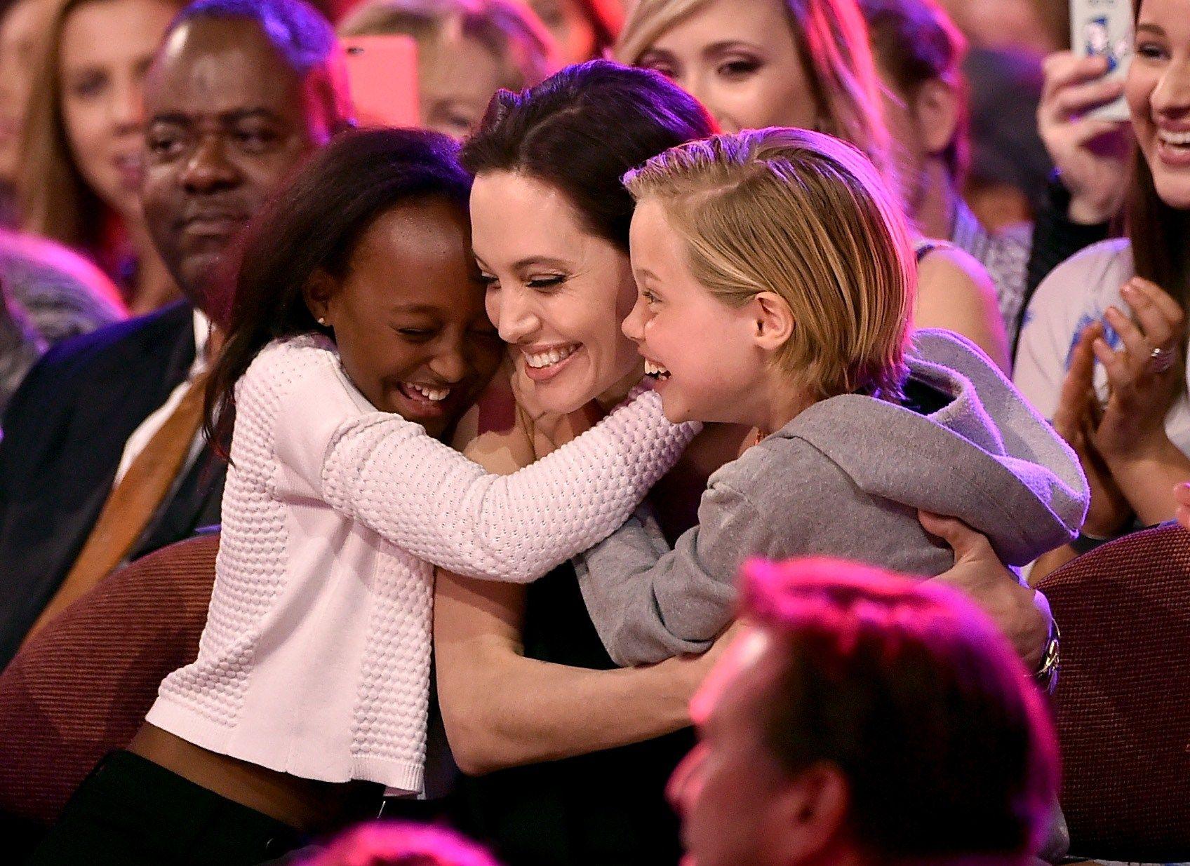 FORELDRERETT-TVIST: Angelina Jolie, her med barna Zahara Marley Jolie-Pitt og Shiloh Nouvel Jolie-Pitt under Nickelodeons Kids Choice Awards i 2015, må sørge for at barna får et bedre forhold med faren, ifølge rettsdokumenter.