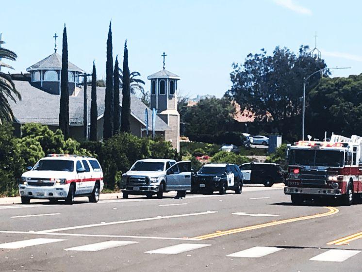 SKYTEEPISODE: Nødetatene på plass utenfor synagogen i Poway nord for San Diego.