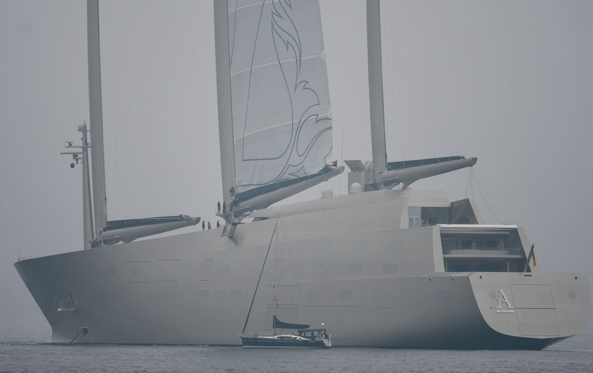 JOMFRUTUREN: Her passerer en vanlig seilbåt superbåten «Sailing Yacht A» under en test av seilsystemet i Kiel søndag.