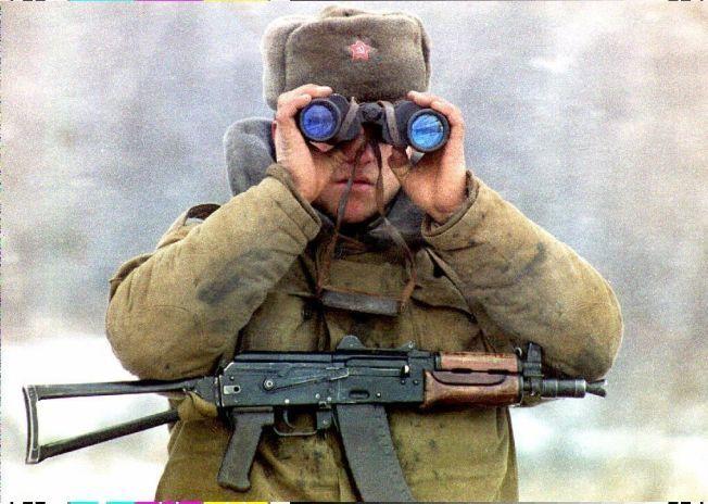ANNEN HISTORIE: Krigshistorien blir annerledes når den er skrevet av kvinner enn menn. Den hviterussiske forfatteren Svetlana Aleksijevitsj har intervjuet kvinner i Den røde armé og skrevet en glimrende bok om dette. Her en mannlig russisk soldat fotografert i byen Groznyj i Tsjetsjenia.Foto: NTB SCANPIX