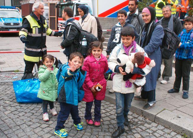 e9d10816 I Tyskland fikk de bamser og godteri av mennesker som hadde møtt opp på  jernbanestasjonen for å ønske flyktningene velkomne til landet.