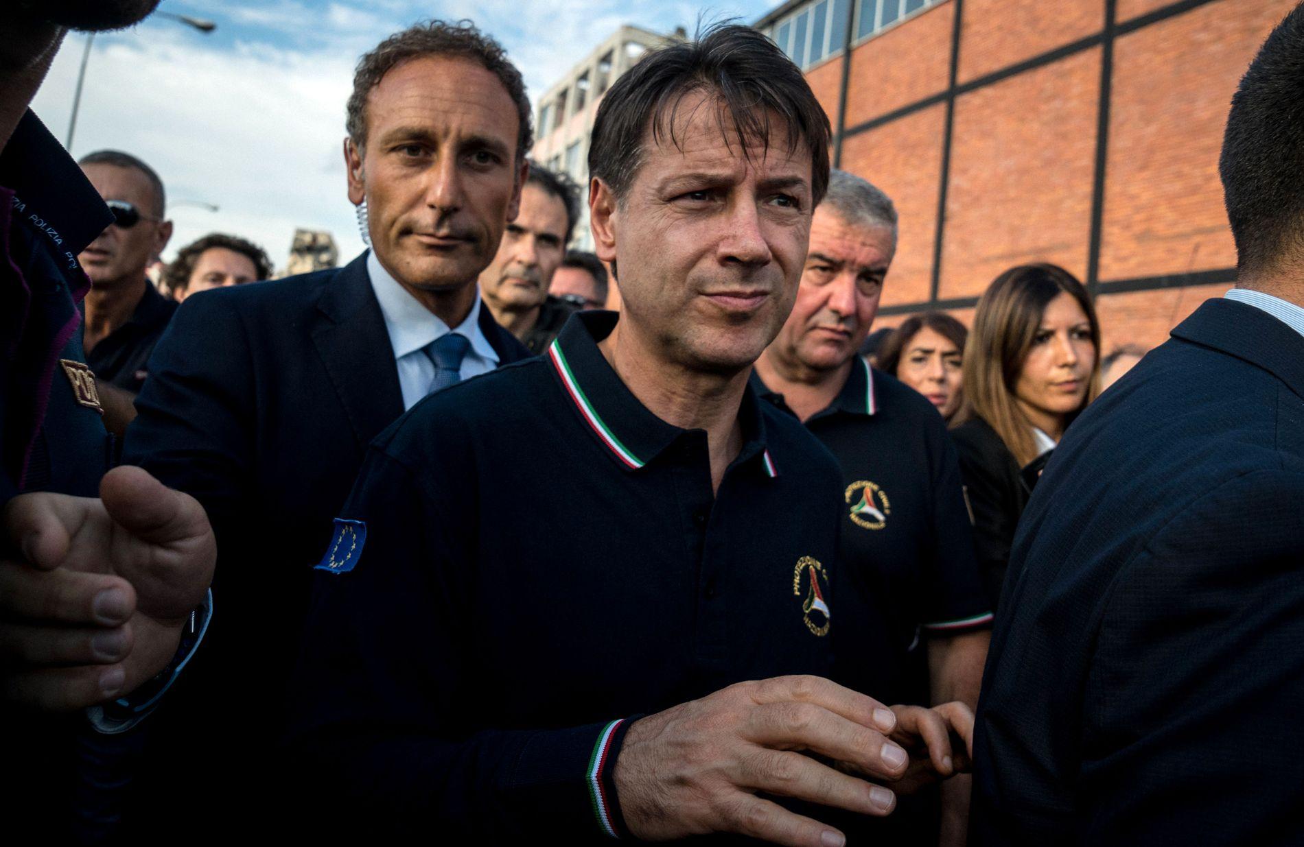 Italias statsminister Giuseppe Conte besøkte ruinene fra motorveibroen som raste sammen i Genova tirsdag kveld.