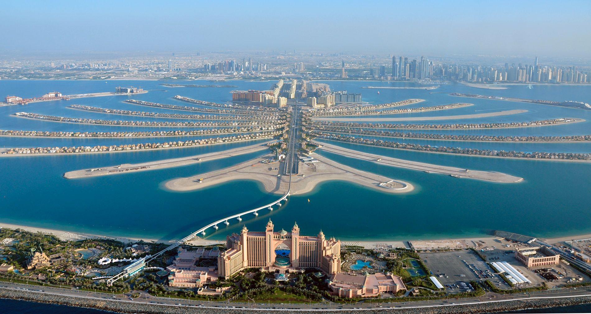 VARSLET POLITIET: Sikkerhetssjefen på Atlantis hotell i Dubai (i forgrunnen på bildet) tilkalte politiet da han så skadene på kroppen til den norske kvinnen.