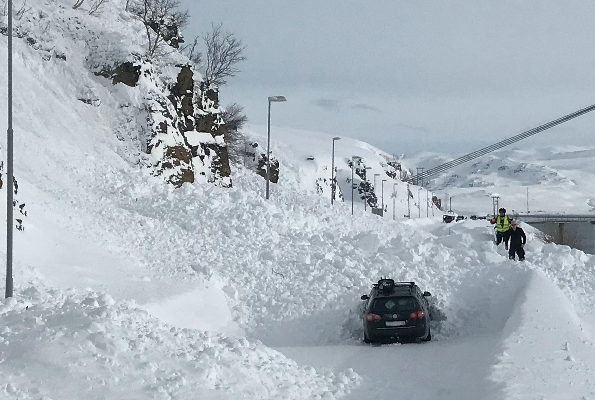 SNØSKRED: En personbil ble delvis rammet av et stort snøskred mellom Kvalsund og Hammerfest langfredag. Ingen personer ble skadd av skredet. Foto: Tore Nilsen / NTB scanpix