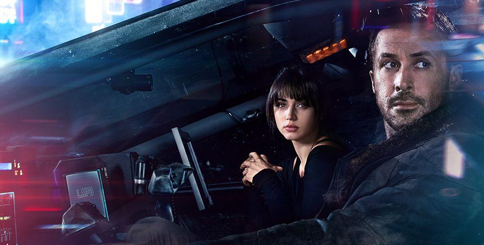 KUNSTIG INTELLIGENS: Hvordan blir verden når vi menneskeheten forenes med kunstig intelligens? Skakkjørt men vakker, om man skal tro «Blade Runner 2049».
