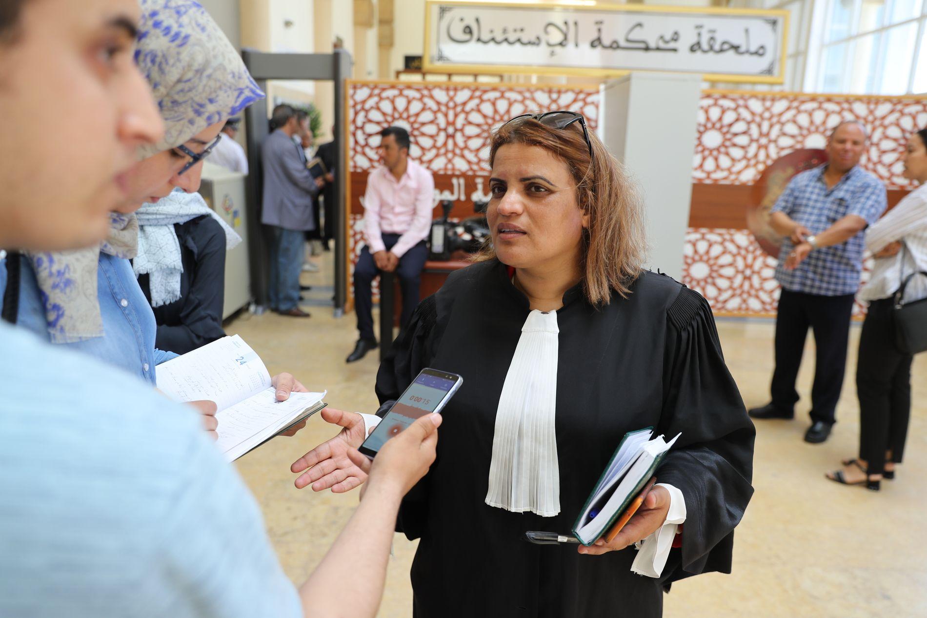 FORSVARER: Hafida Makssaoui forsvarer de fire hovedtiltalte i saken. Her står hun utenfor rettssalen i Rabat.