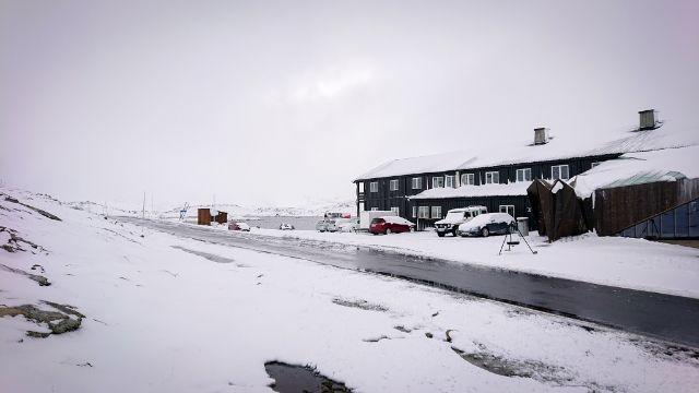 HVITT: Turistene våknet til snø på Sognefjellshytta torsdag.